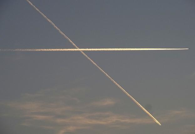 交差する飛行機雲.jpg